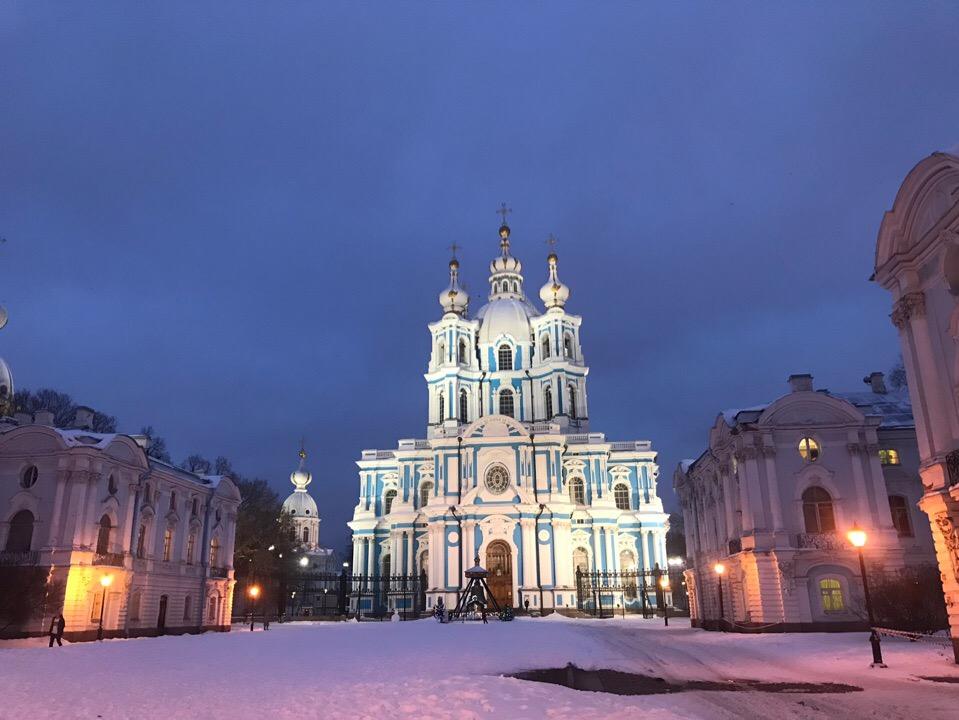 Смольный собор и ночной Петербург