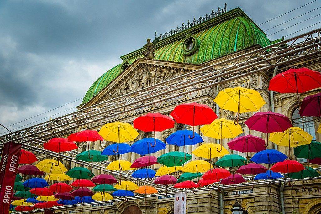 Аллея парящих зонтиков 2017 в Петербурге