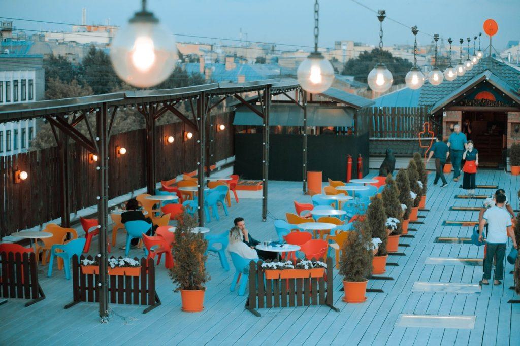Бесплатная крыша на Васильевском острове с лаунж-зоной и концертной площадкой